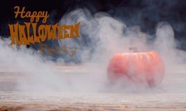 Halloween Griezelige pompoen met rook in de donkere nacht Stock Afbeeldingen