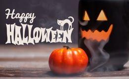 Halloween Griezelige pompoen met rook in de donkere nacht Royalty-vrije Stock Afbeeldingen