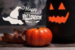 Halloween, griezelige pompoen met rook in de donkere nacht Stock Fotografie