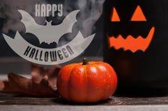 Halloween, griezelige pompoen met rook in de donkere nacht Royalty-vrije Stock Foto