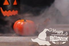 Halloween Griezelige pompoen met rook in de donkere nacht Royalty-vrije Stock Fotografie