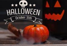 Halloween, griezelige pompoen met rook in de donkere nacht Royalty-vrije Stock Afbeeldingen