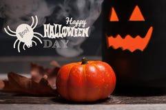 Halloween, griezelige pompoen met rook in de donkere nacht Stock Afbeelding