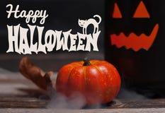 Halloween Griezelige pompoen met rook in de donkere nacht Royalty-vrije Stock Foto's