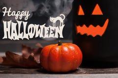 Halloween Griezelige pompoen met rook in de donkere nacht Royalty-vrije Stock Foto