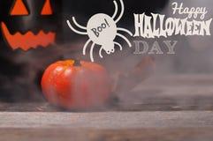 Halloween Griezelige pompoen met rook in de donkere nacht Stock Fotografie
