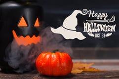 Halloween Griezelige pompoen met rook in de donkere nacht Stock Afbeelding