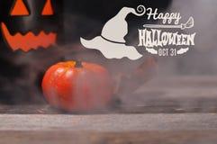 Halloween, griezelige pompoen met rook in de donkere nacht Royalty-vrije Stock Fotografie