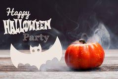 Halloween Griezelige pompoen met rook in de donkere nacht Stock Foto's