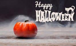 Halloween, griezelige pompoen met rook in de donkere nacht Stock Afbeeldingen