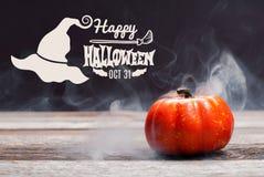 Halloween, griezelige pompoen met rook in de donkere nacht Stock Foto's