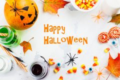 Halloween-groetkaart - dranken, suikergoed en decor op witte achtergrond Stock Afbeeldingen