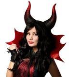 halloween Härlig flicka med hornuppklädd som jäkel royaltyfri bild