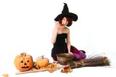 Halloween häxa med en pumpa Arkivfoto