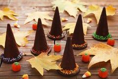 Halloween-Hüte mit Süßigkeiten lizenzfreie stockfotografie