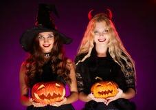 Halloween-heksen met pompoenen Stock Afbeelding
