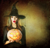 Halloween-Heksenholding gesneden pompoen Jack Lantern Royalty-vrije Stock Fotografie