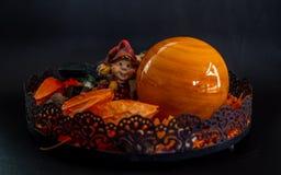 Halloween-Herbstdekoration mit netten wenig zwergartigen orange Farben auf schwarzem Hintergrund lizenzfreie stockbilder