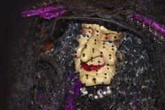 Halloween-het gezichtsclose-up van de decoratie elegante oude heks onder een sluier en het dragen van parels en rode lippenstift stock foto's