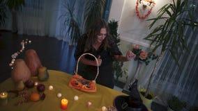 Halloween Het meisje is blij om de hoed van de heks te zien stock video