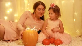 Halloween Het meisje van het prinseskind met Moeder het spelen met pompoen stock footage