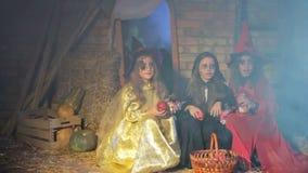 Halloween: Het spook doet schrikken Kinderen stock footage