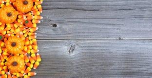 Halloween-het suikergoed behandelt op doorstaan hout in vlakte legt formaat met Royalty-vrije Stock Foto's