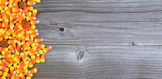 Halloween-het suikergoed op doorstaan hout in vlakte legt formaat met exemplaar s Royalty-vrije Stock Afbeeldingen