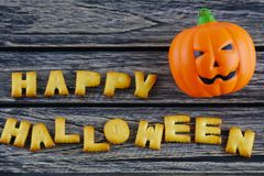 Halloween heureux exprime la décoration avec le potiron de lanterne de cric sur le fond en bois photos libres de droits