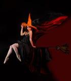 Halloween-Hexe auf Besen Stockfoto