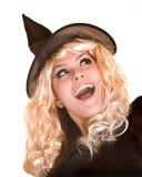 Halloween-Hexe blond im schwarzen Hut. Lizenzfreies Stockbild