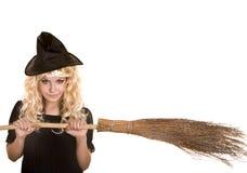 Halloween-Hexe blond im schwarzen Hut mit Besen. Lizenzfreie Stockfotos