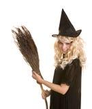Halloween-Hexe blond im schwarzen Kleid mit Besen. Lizenzfreie Stockbilder