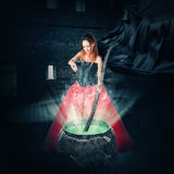 Halloween-Hexe, die einen Zaubertrank braut Stockbild