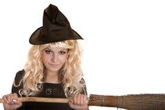 Halloween-Hexe im schwarzen Kleid und im Hut auf Besen. Stockbilder