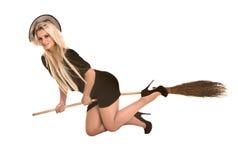 Halloween-Hexe im schwarzen Kostüm, Hutfliegenbesen Lizenzfreie Stockfotografie