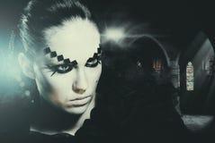 Halloween-Hexe in seinem Schloss Lizenzfreie Stockbilder