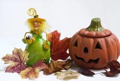 Halloween-Hexe und Kürbis mit Herbstblättern Stockfoto