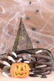 Halloween-Hexenhände und Hutnahaufnahme Lizenzfreie Stockfotos