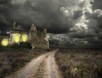 Halloween-Hintergrund mit alten Türmen Stockfotografie