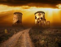 Halloween-Hintergrund mit alten Türmen und den Schädeln lizenzfreie stockfotos