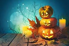 Halloween-Hintergrund mit Laterne der Kürbissteckfassung O auf Holztisch stock abbildung