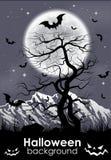Halloween-Hintergrund mit Mond und leblosem Baum Lizenzfreie Stockbilder
