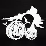 Halloween-Hintergrunddekorations-Feiertagskonzept Schatten und Schattenbild mit zwei Gesichtern der Kürbise verärgerter auf schwa lizenzfreies stockbild
