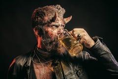 Halloween hipster met satan het glasmok van de hoornengreep royalty-vrije stock fotografie