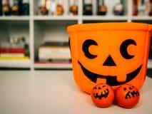 Halloween i dekoraci pojęcie - Pomarańczowa bania faszerująca obraz stock