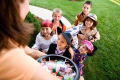 Halloween: Jonge geitjes worden opgewekt die om te bedriegen of te behandelen Royalty-vrije Stock Foto's