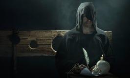 Halloween Juni 2013 – Zeit- und Epochenfestival im Kolomenskoye Zauberer mit einem Schädel und einer Kerze Stockfotografie