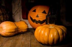 Halloween-Kürbis auf dem Bretterboden Stockfotos