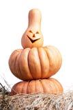 Halloween-Kürbis auf dem Heu auf einem weißen Hintergrund lokalisiert Stockfotografie